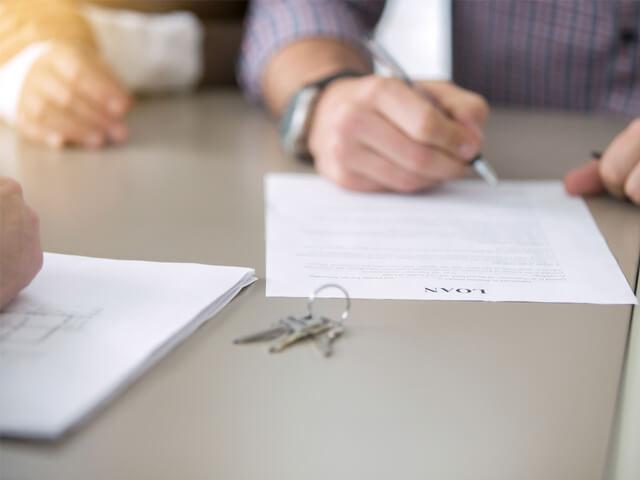 契約にサインをしている男性
